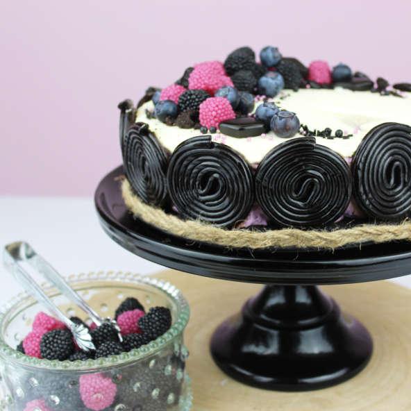 Cheesecake mit Lakritzschnecken, Berries und Blaubeeren verziert