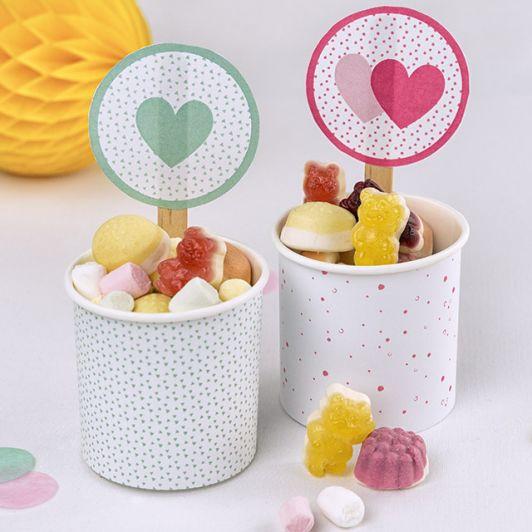 Papierbecher gefüllt mit vielen verschiedenen HARIBO Produktstücken