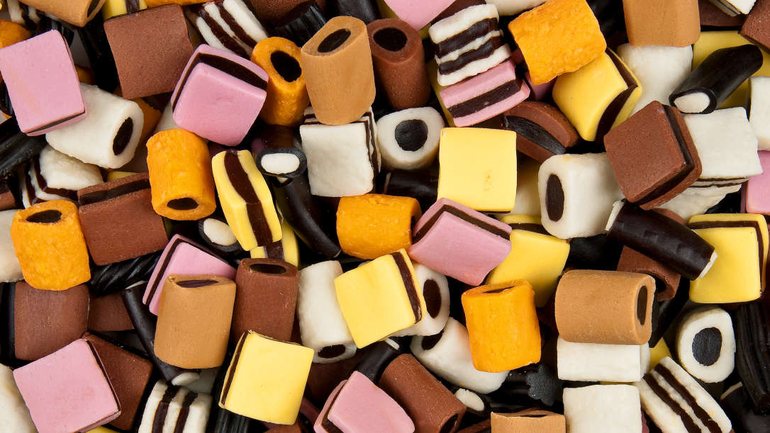 Doces de alcaçuz de diferentes cores