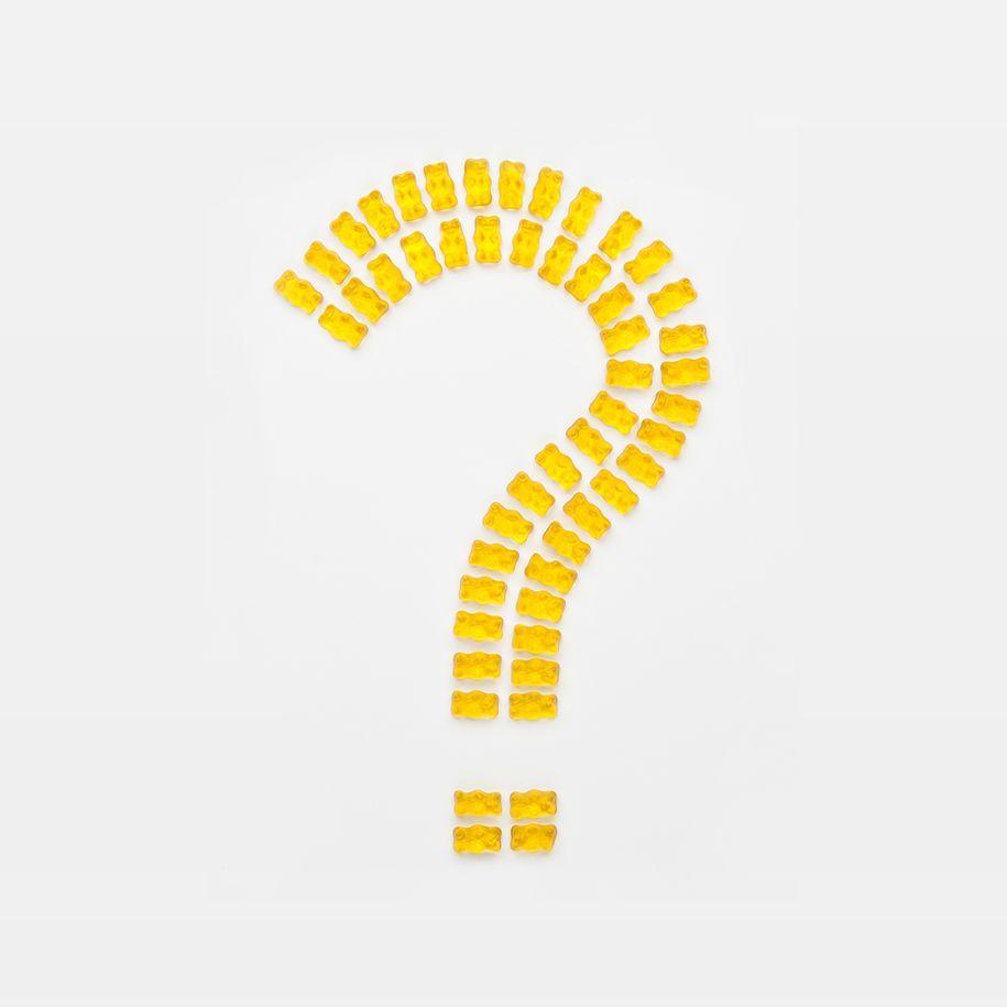 Fragezeichen aus gelben Goldbären gelegt