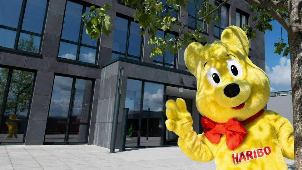 Zlatý medvídek v životní velikosti před centrálou firmy v Grafschaft