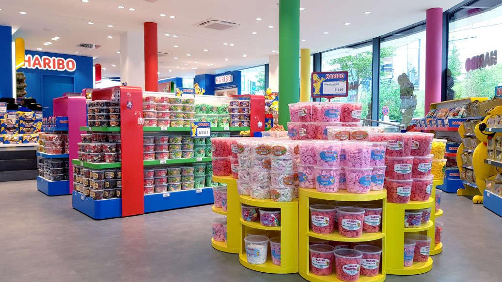 Bunte HARIBO-Vielfalt und eine Candybar im HARIBO Shop in Montabaur - hier ist für jeden etwas dabei.
