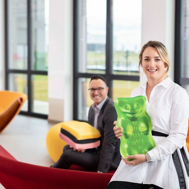 Employee, woman upfront, gummy prop (career, M005, Teaser, 4:3)
