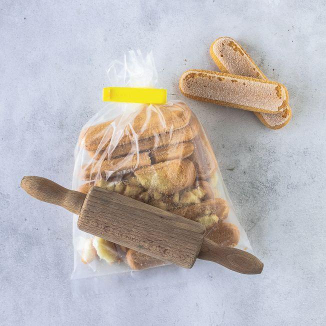 Biscuits werden in einer Tüte mit dem Nudelholz zerkleinert