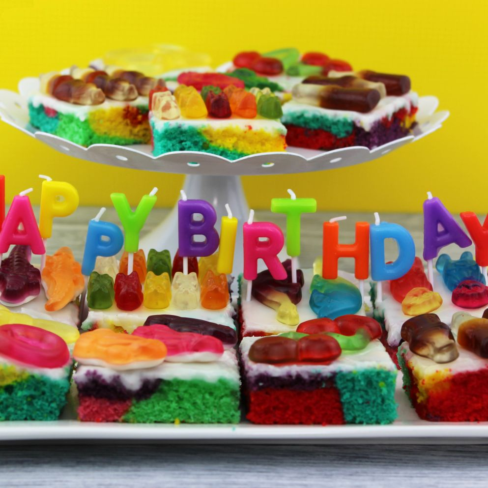 Bunter Geburtstagskuchen mit Phantasia Produktstücken