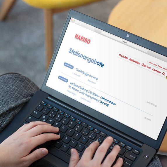 Laptop auf dem Display zeigt den HARIBO-Stellenmarkt