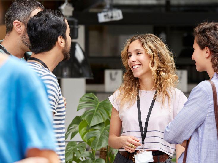 HARIBO-Mitarbeiter bei einem Event im lockeren Gespräch miteinander