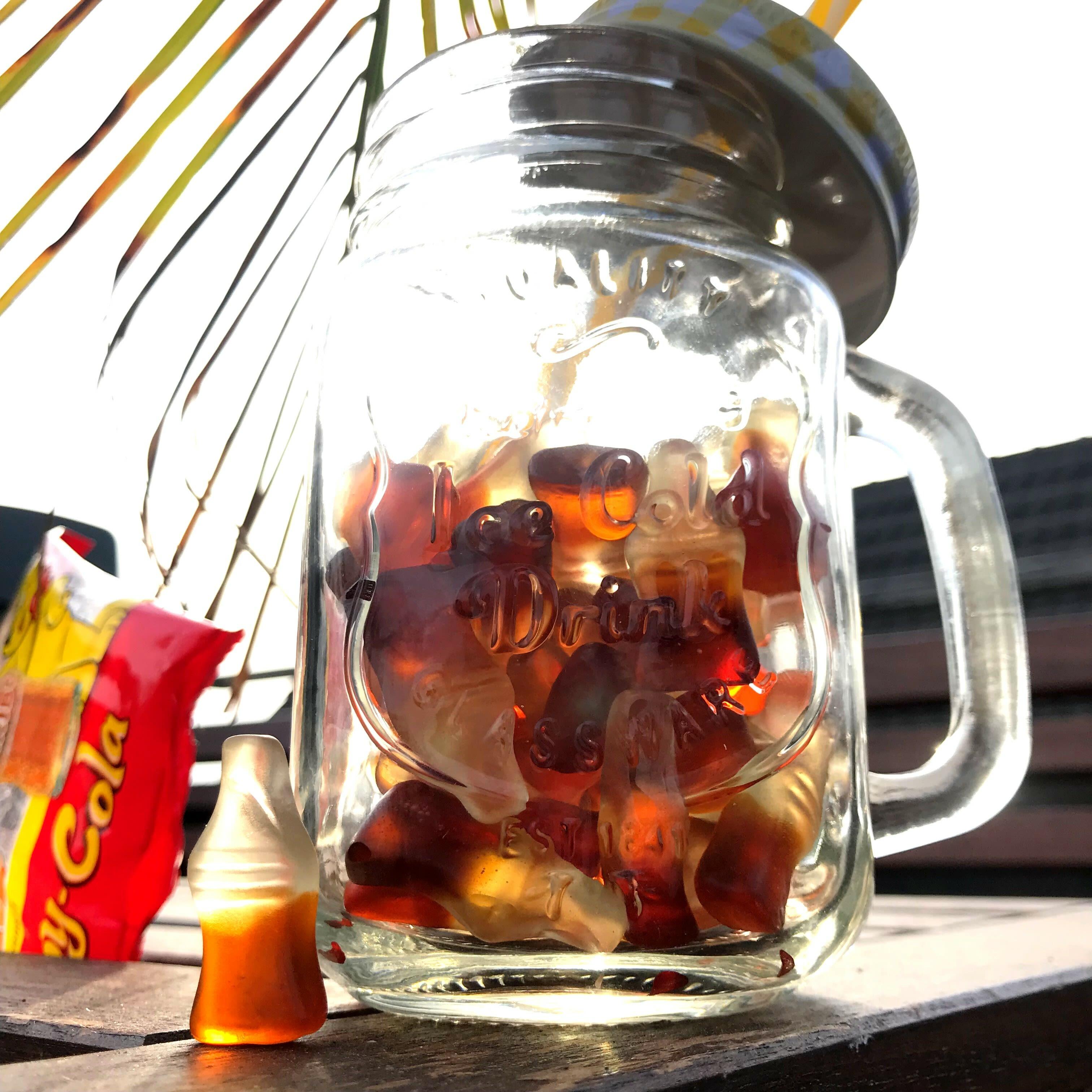 Happy Cola Produktstücke im Trinkbecher