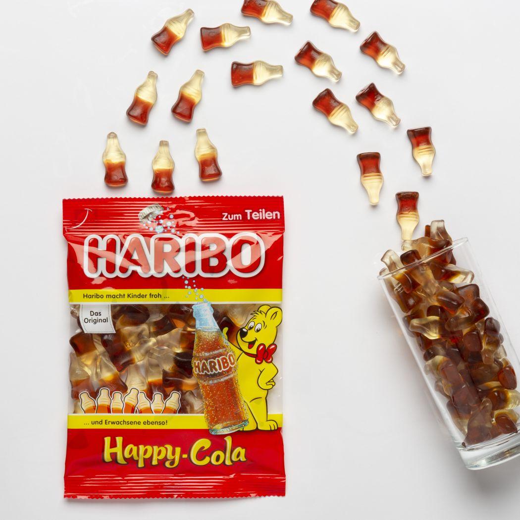 Happy Cola Produktstücke in einem Trinkglas