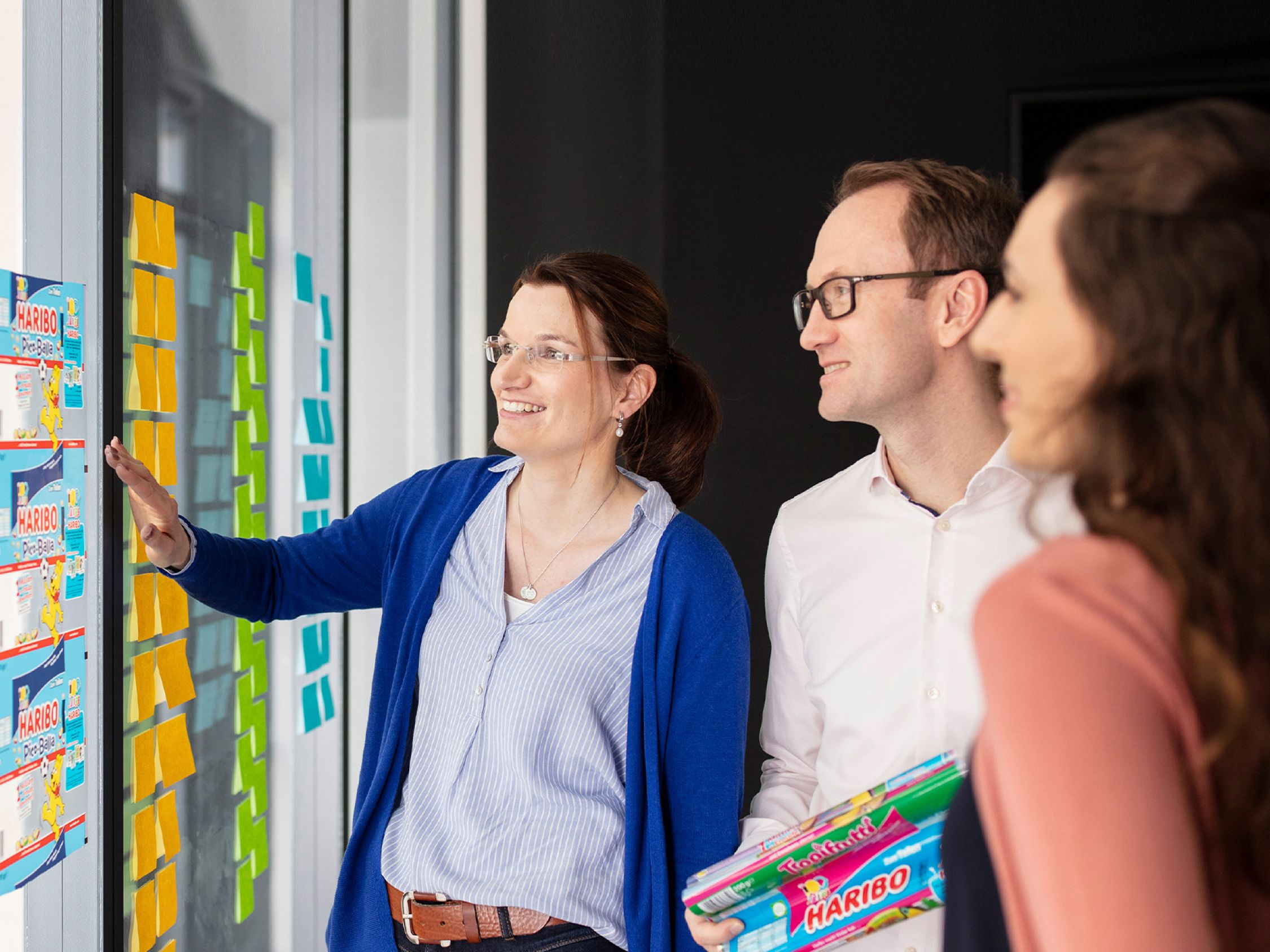 HARIBO employees at a wall with colourful Post-its