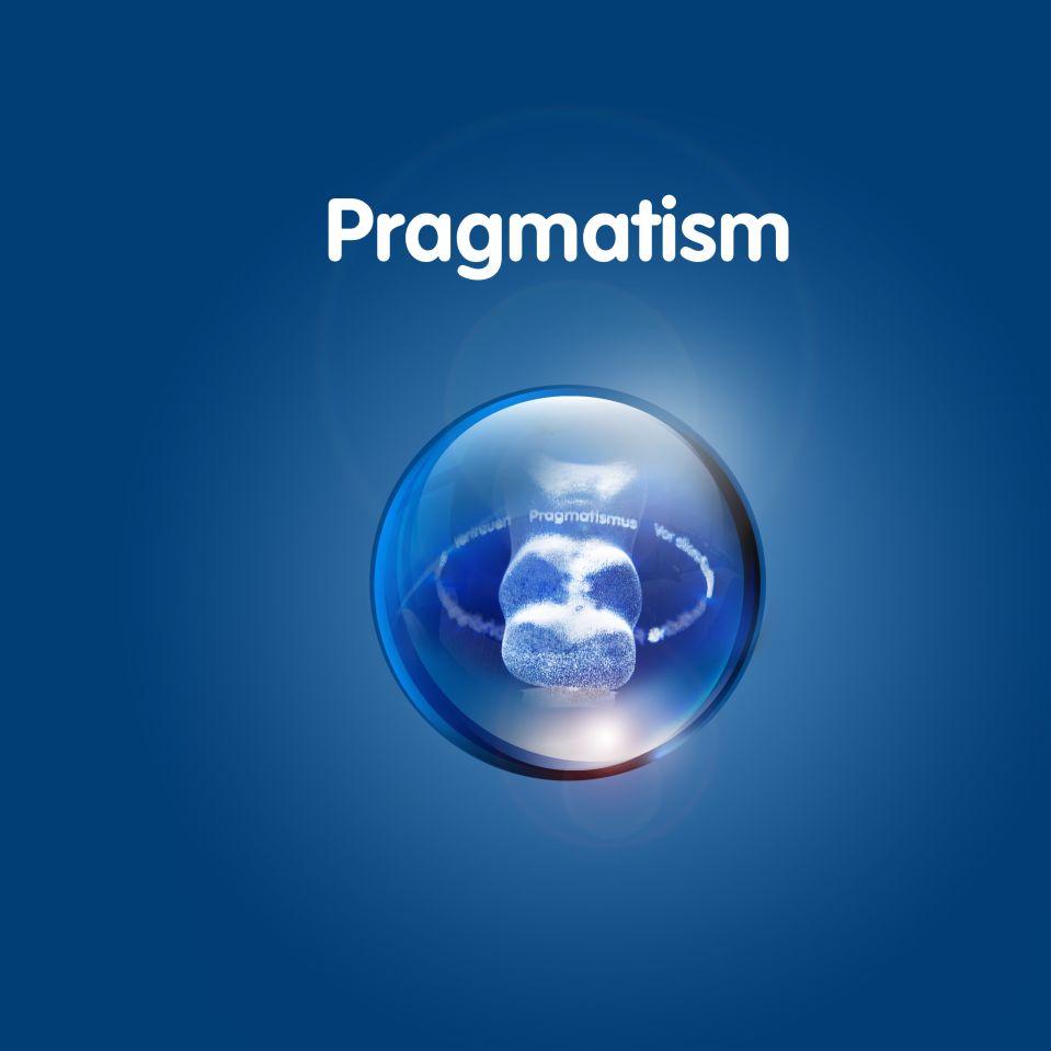 Изображение золотого мишки в прозрачном шаре на темно-синем фоне с текстом «Прагматизм»
