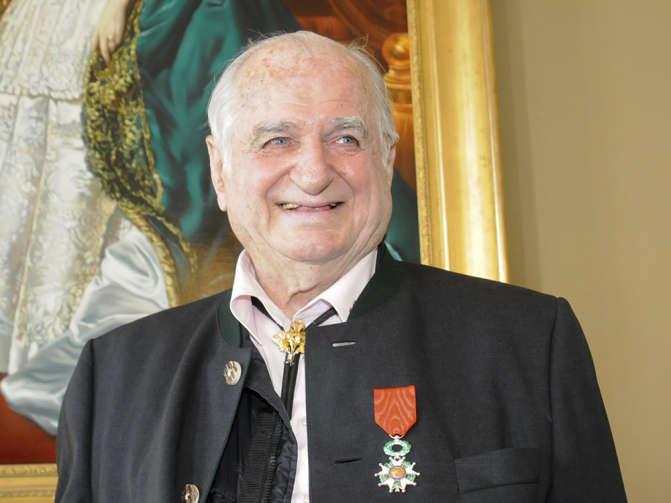 Hans Riegel com a ordem francesa da Legião de Honra