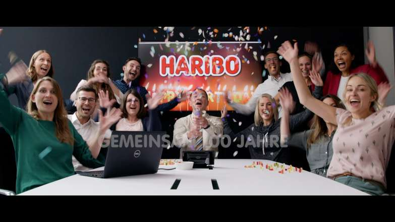 Vorschaubild für Video mit eine großen Gruppe an feiernden Mitarbeitern