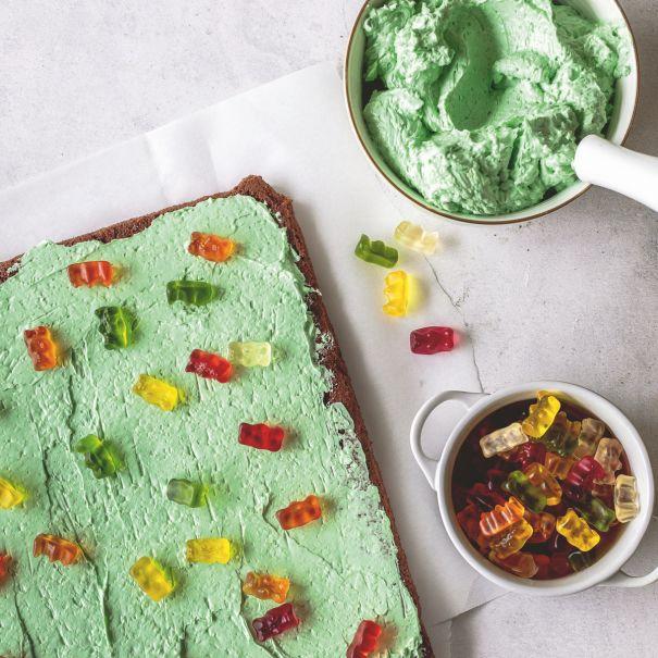 Kuchen wird mit Goldbären dekoriert