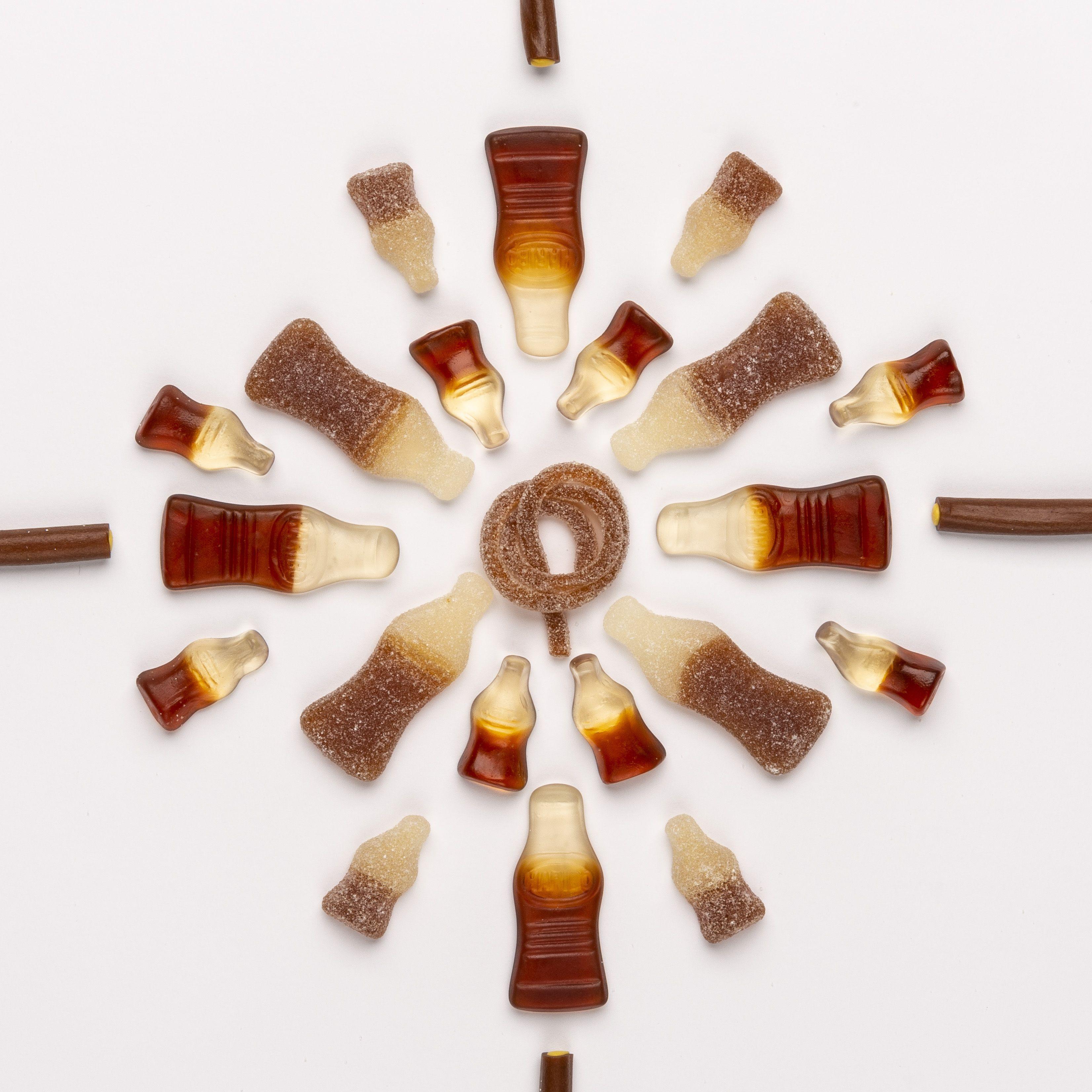 Cola Produktstücke in Kreisform gelegt