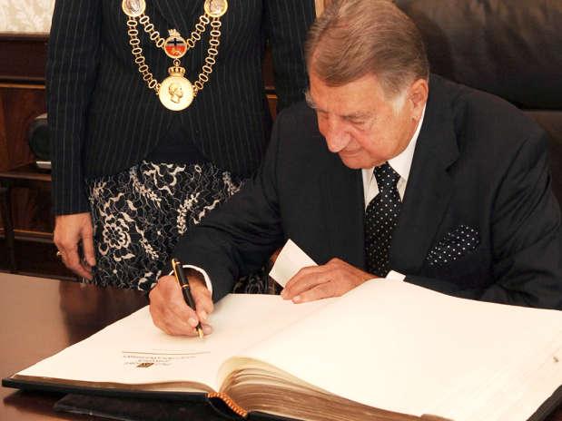 Paul Riegel a assinar o Livro de Ouro da cidade de Bona