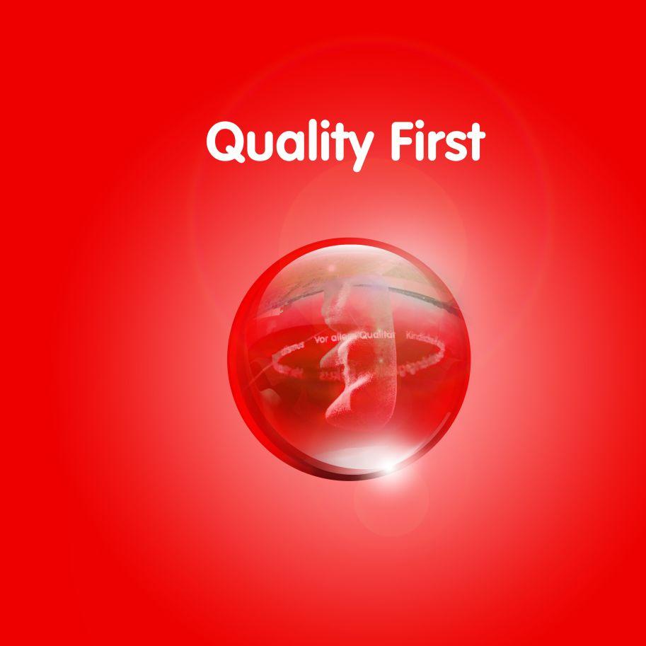 Изображение золотого мишки в прозрачном шаре на красном фоне с текстом «Качество на первом месте»