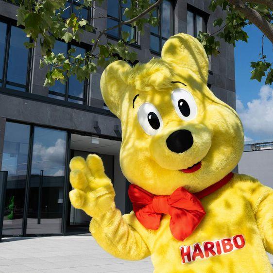 L'Ours d'or, la mascotte de HARIBO, devant le bâtiment de l'entreprise.