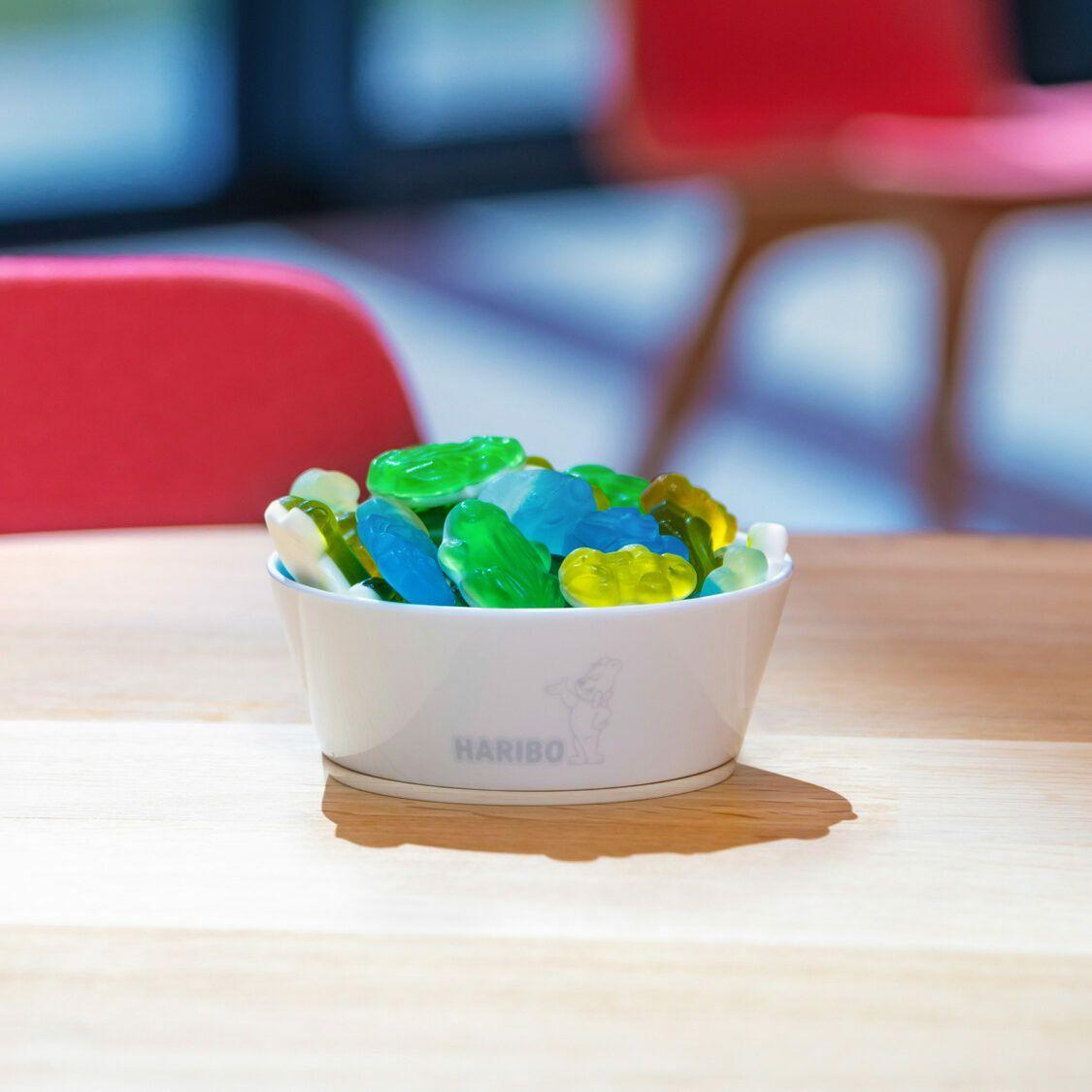 テーブルの上にあるカラフルなHARIBO製品が入ったガラスのボウル